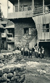 GM074: Houses and children at Lin on Lake Ohrid (Photo: Giuseppe Massani, 1940).