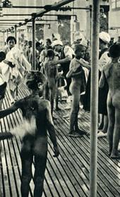 GM160: Washing Albanian children, in Bari in southern Italy (Photo: Giuseppe Massani, 1940).