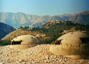 Himara: Blick vom Strand zur alten Burg
