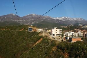 Im Winterhalbjahr ein Ausflug in den Schnee: Gondelbahn zum Dajti