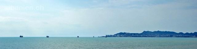 Schiffe vor dem Hafen Durrës auf Rede