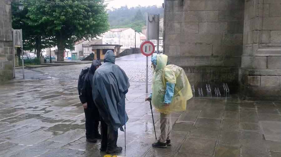 Peregrinos bajo la lluvia en el Camino Portugués :: Albergues del Camino de Santiago