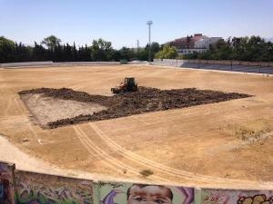 Movimiento de tierra tras retirar césped natural en Baeza | Archivo