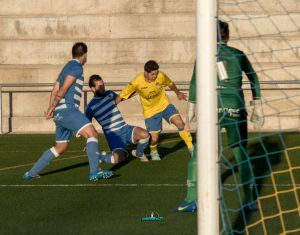 Chus pugna por un balón en el Navas - Cazorla | Manuel Zapata