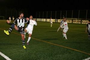 Monti disputa un balón en el Arjonilla - Escañolense | Alfonso Nevado