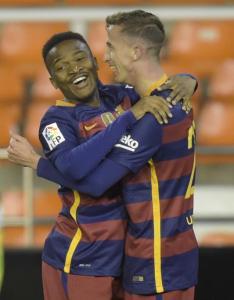 Camara se abraza a Kaptoum tras asistir en el gol | Mundo Deportivo