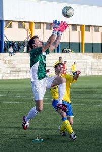 José Domingo atrapa un balón ante el Navas | Manuel Zapata