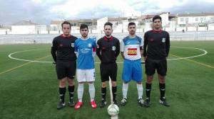 Capitanes del Carolinense - Lopera con los colegiados | José A. Fernández