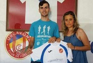 Manu posa con la camiseta junto a la presidenta | Urgavona CF