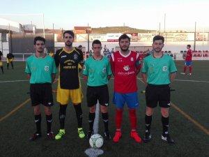 Capitanes del Begíjar y Baeza con el trío arbitral | Begíjar CF