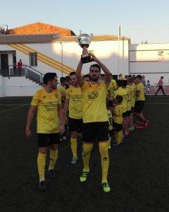 El Begíjar ofreció la copa a su afición antes del partido | Begíjar CF