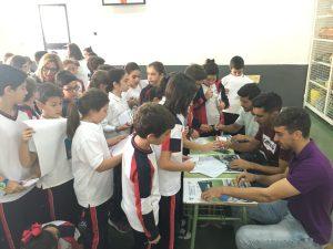 Los jugadores firman a los alumnos | Linares Deportivo