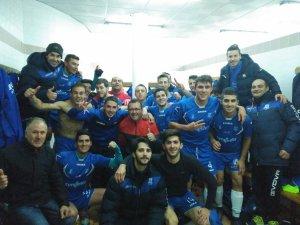 Celebración de la victoria en el vestuario | CD Villanueva