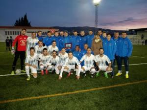 La plantilla posó con Higueras | CF Arroyo