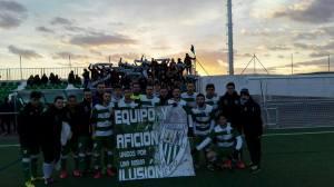El equipo posó con una pancarta | CD Castellar Íbero