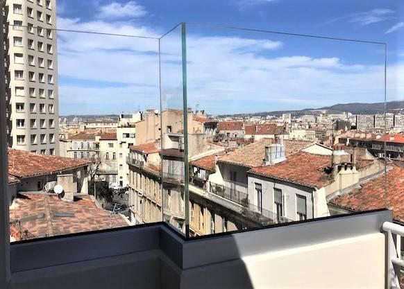 Fourniture Et Pose D Un Brise Vent En Verre Au Style Design Et Discret Pour Un Balcon A Marseille Alberstore