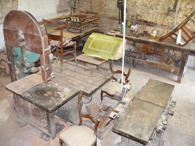 Établis et tout le matériel pour entreprendre la rénovation de meubles anciens chez Albert Antiquité