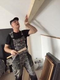 Albert inspecteert de maatvoering van de inbouwkast.