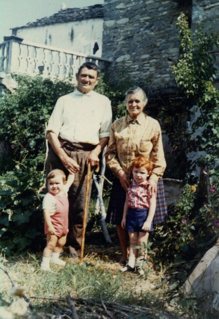 Antonio Sampietro y Ángela Garcés con sus nietos