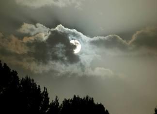 El sol entre la calima y las nubes