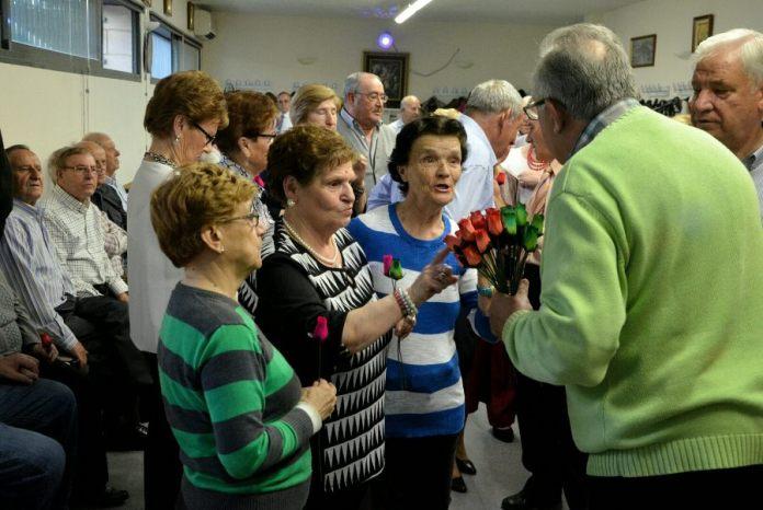 Rosas para las mujeres mayores en el día de la Madre