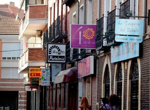 Una calle comercial de Alcalá de Henares. Foto de Pedro Enrique Andarelli