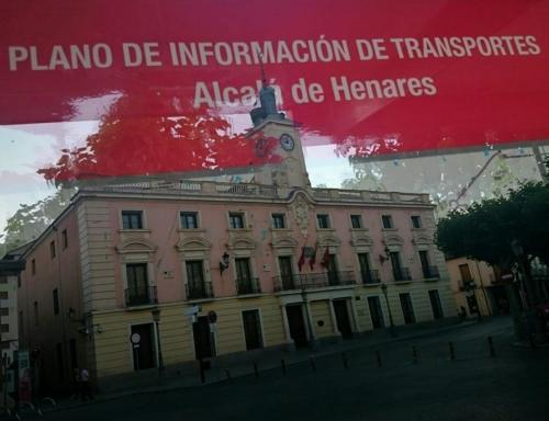 Vista del ayuntamiento desde una marquesina. Foto de Ricardo Espinosa Ibeas