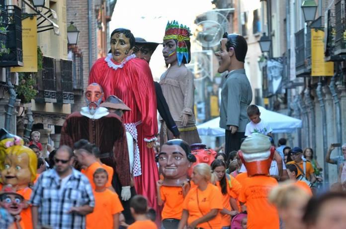Gigantes en la calle Mayor inician la fiesta de los Santos Niños