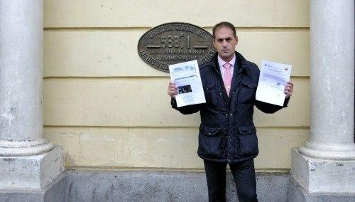 Miguel Ángel Lezcano muestra la petición este miércoles, frente al ayuntamiento. Foto de Ricardo Espinosa Ibeas.