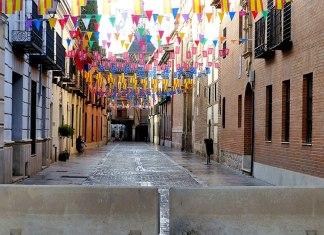 Calle Imagen preparada para la ofrenda floral de las peñas