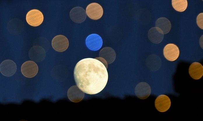 La Luna entre luces por los Santos Niños