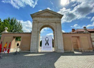 Un crespón negro en la Puerta de Madrid en recuerdo de las víctimas del coronavirus
