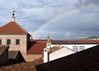 Un arco iris de abril en la Ciudad Patrimonio de la Humanidad