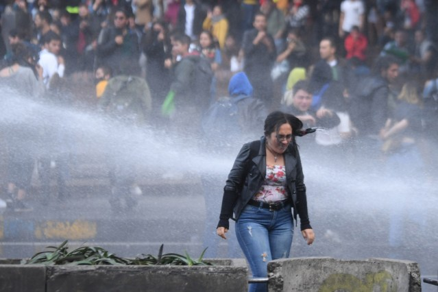 Universitarios protestan por hueco financiero en la educación y el ESMAD los reprime