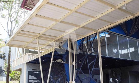 Alderon aplikasi proyek pada atap kanopi galeri seni