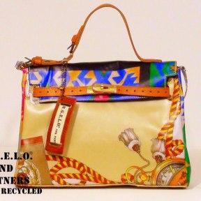 Ispirata all' originale borsa degli anni '50 ricavata da un'accurata lavorazione di foulards vintage.