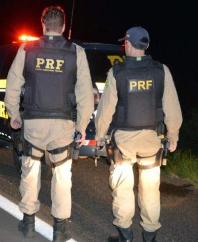 PRF prende homem, procurado pela justiça, dentro de ônibus