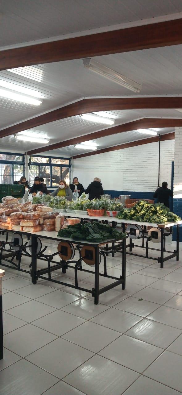Sem aulas, escolas distribuem ítens da alimentação às famílias cadastradas em Alegrete