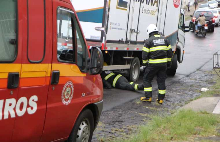 Motociclista morre ao ser atingido e arrastado por caminhão no centro de Livramento