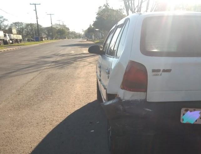 Motorista bate em carro estacionado e foge