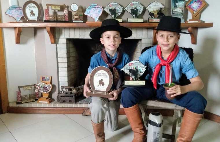 Irmãos Gonçalo e Manoel: uma paixão pela lida campeira