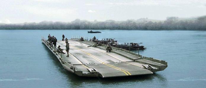 Batalhão recebe caminhões e uma moderna balsa que se transforma em ponte flutuante