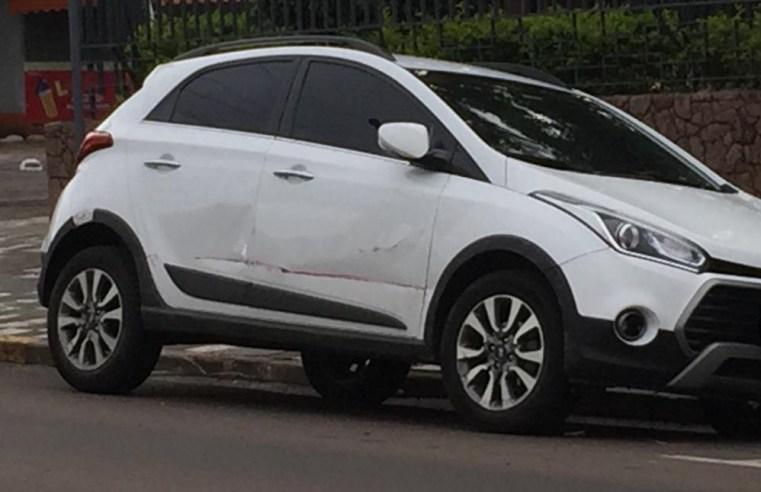 Caminhonete desgovernada bate em dois veículos na Rua Dos Andradas