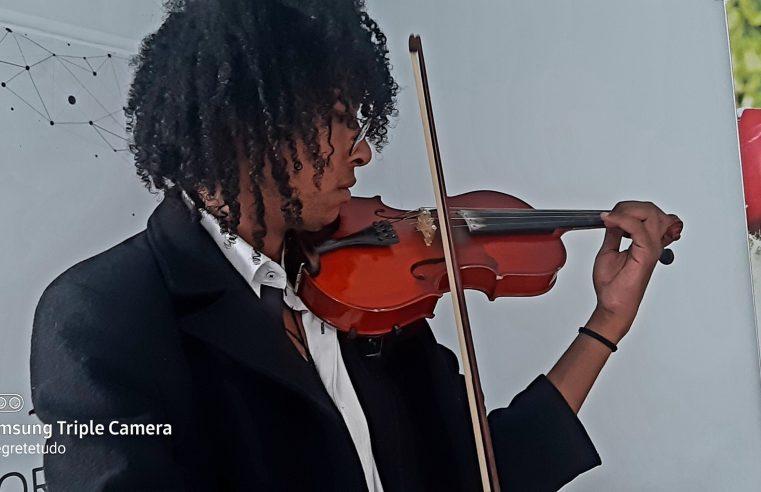 Luís, o artista que trabalha na rua sonha em comprar um novo violino e fazer faculdade