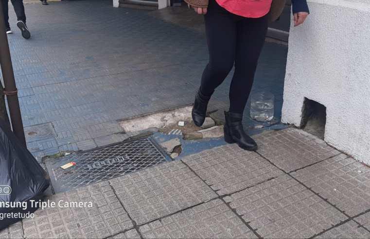 Falta rigor na fiscalização: idosa cai em calçada irregular, em Alegrete, e quebra o ombro