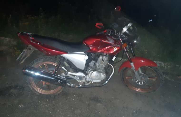 Casal sofre ferimentos em acidente entre carro e moto no bairro Nilo Soares Gonçalves