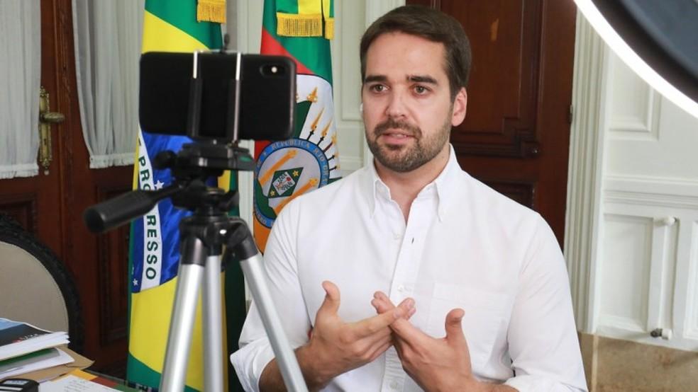 Eduardo Leite anuncia que governo pagará salário em dia pela primeira vez em quase 5 anos