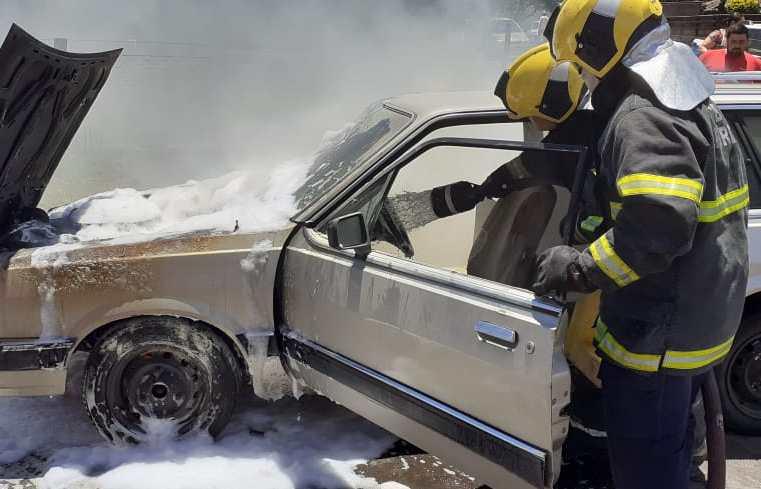 Caminhoneta pega fogo, mobiliza Bombeiros e fica com dianteira destruída na Cidade Alta