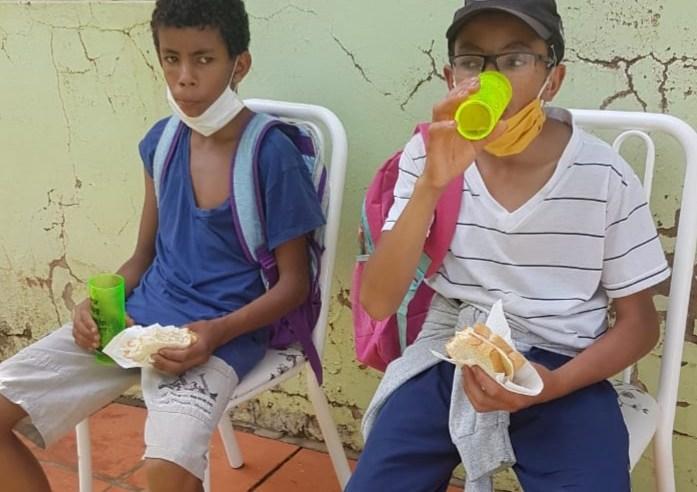 Pandemia provoca cena emocionante de dois irmãos em escola do interior