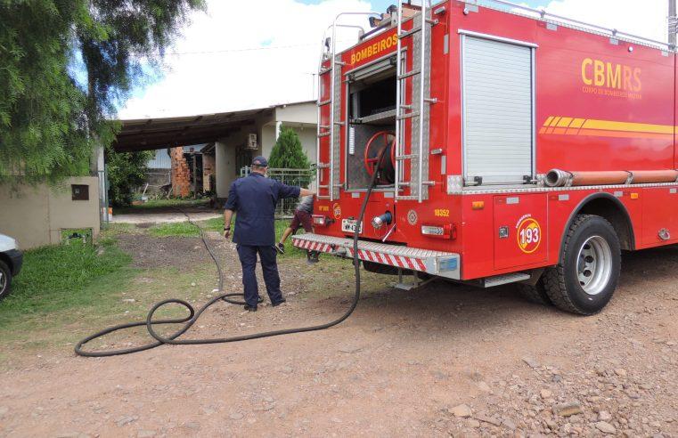 Incêndio, em anexo de casa, mobiliza Corpo de Bombeiros em Alegrete